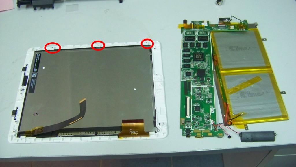 Залишилось зняти матрицю(екран) і саме сенсорне шкло. Матриця прикручена трьома болтиками, а тачскрін приклеєний до корпуса на подвійний скотч.